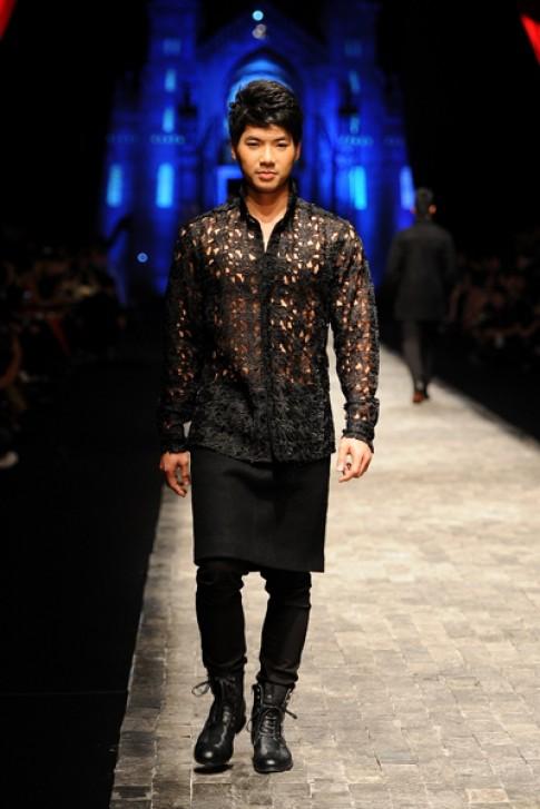 Á vương Mr. World mặc váy, áo ren