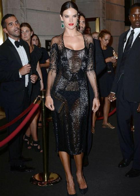 Alessandra Ambrosio diện váy xuyên thấu lấp lánh