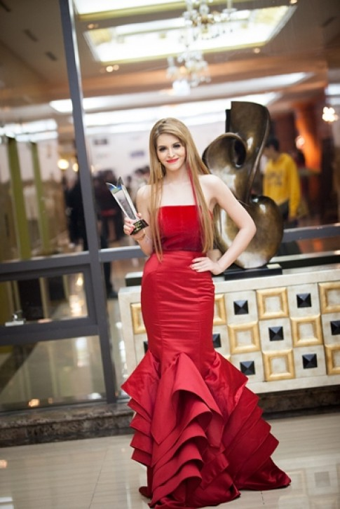 Andrea khoe vai trần với đầm đỏ trumpet