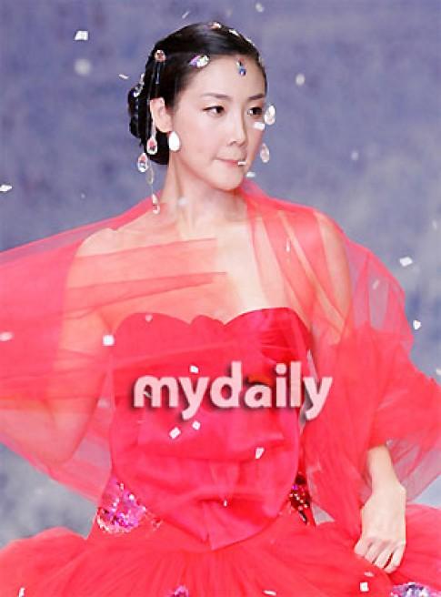 Ảnh Choi Ji Woo biểu diễn thời trang