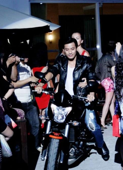 Anh Thư đi môtô lên sân khấu