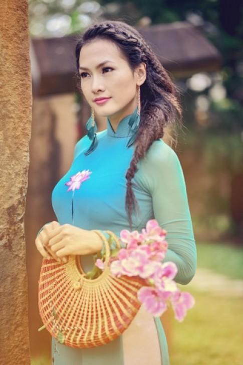 Anh Thư duyên dáng với áo dài hoa