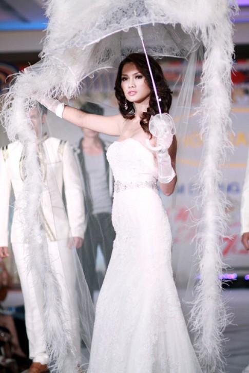 Anh Thư lộng lẫy váy cưới