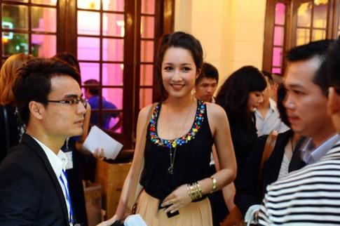 Anna Trương quần thụng, áo túm đi xem thời trang