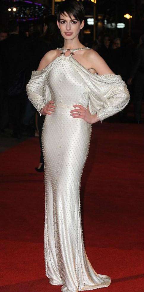 Anne Hathaway giang tay khoe lưng trần trên thảm đỏ