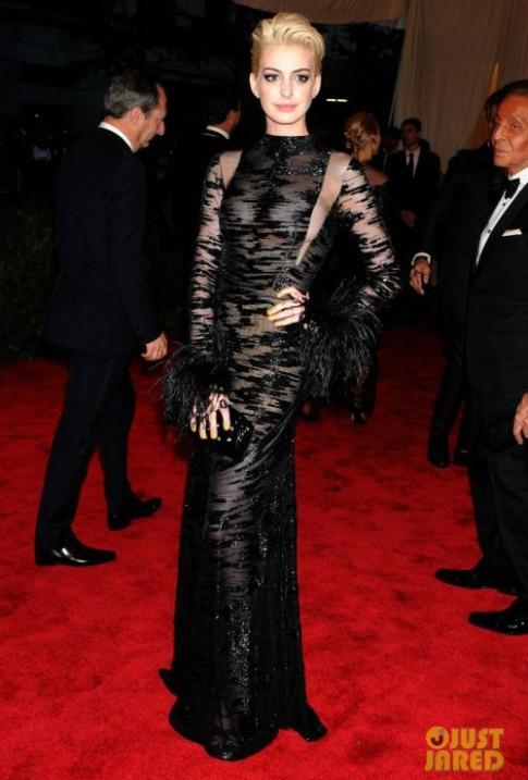 Anne Hathaway vẫn 'trung thành' với Valentino