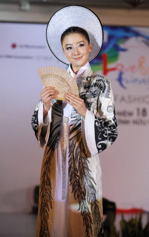 Áo dài Việt khoe sắc bên Hanbok Hàn