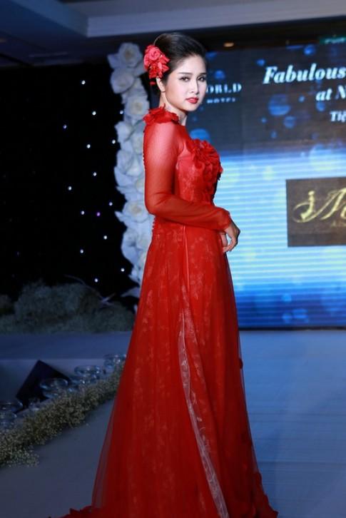 Bà xã Thanh Bình rạng rỡ diễn áo dài cưới