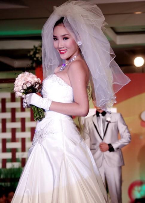 Bắc Linh cười tươi khi mặc áo cưới