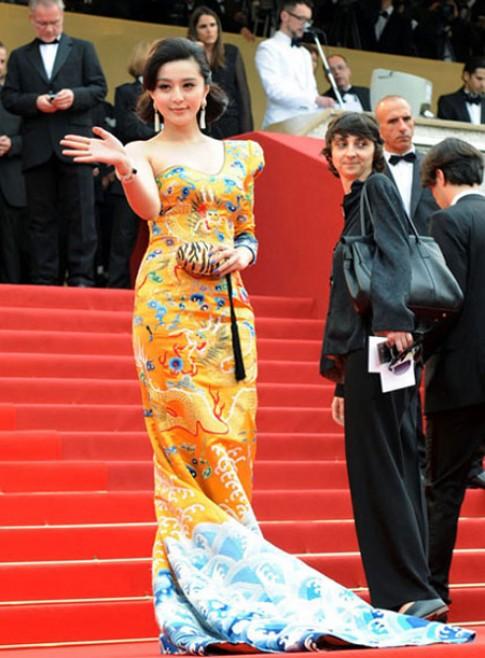 Bảo tàng Anh sưu tầm váy 'long bào' của Phạm Băng Băng