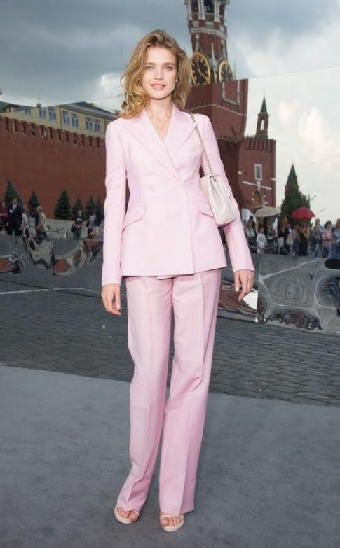 'Bông hồng Nga' đẹp hoàn hảo với vest hồng