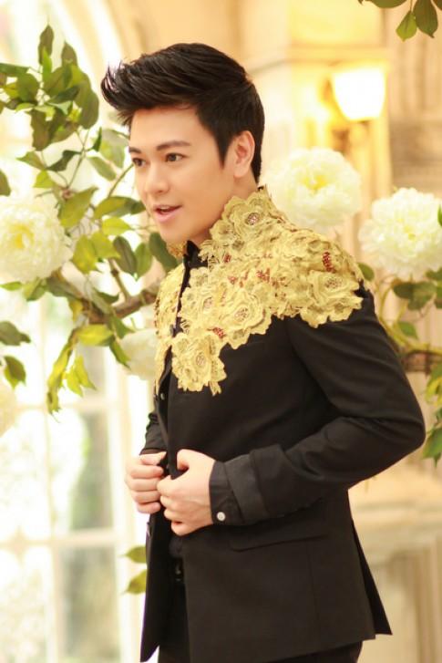 Ca sĩ Phan Anh lạ lẫm với vest phủ hoa hồng
