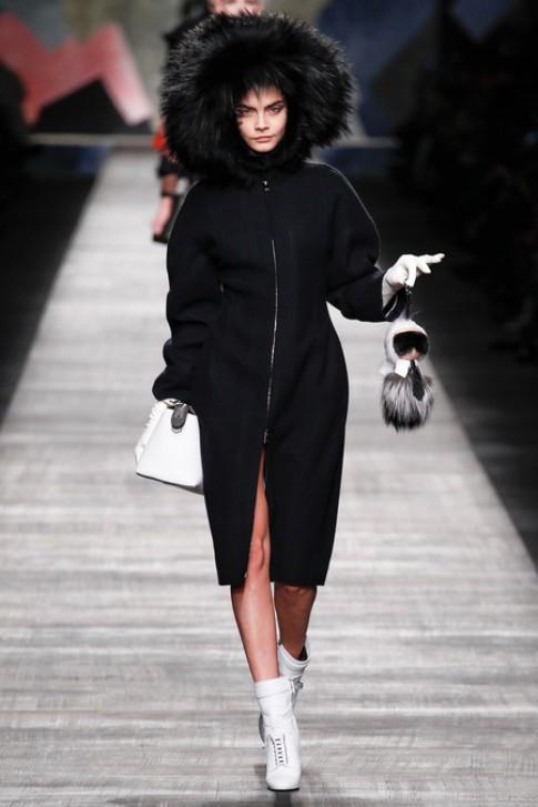 Cara Delevingne xách búp bê Karl Lagerfeld mở đầu show Fendi