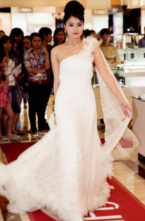 Chân dài khoe vai trần trong váy trắng