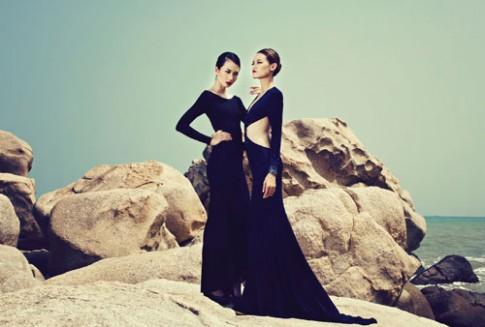 Chân dài Top Model bay bổng với váy dạ hội trên biển