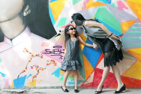 Chọn đồ dạo phố cho mẹ và con cùng người mẫu Thủy Tiên