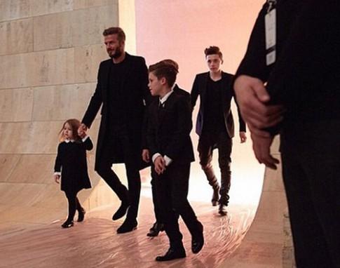 Chồng, con ăn diện tới cổ vũ show thời trang của Victoria Beckham