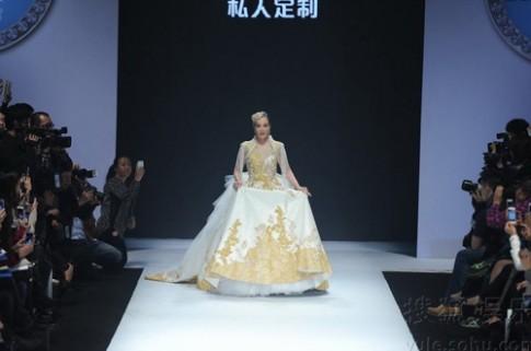Chung Lệ Đề mặc váy cưới trên sàn catwalk