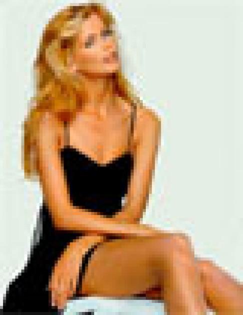 Claudia Schiffer ghét ảnh cưới của mình
