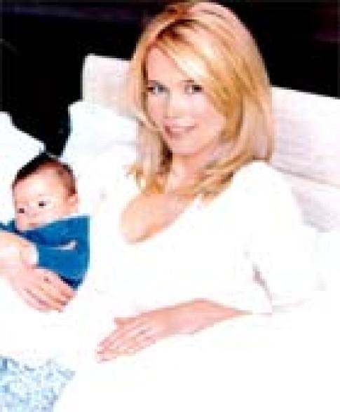 Claudia Schiffer sinh con gái