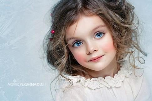 Cô bé người Nga làm mẫu khi mới 4 tuổi