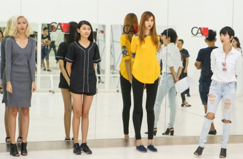 Cô gái cao 1,9 m tập catwalk cho show thời trang tóc