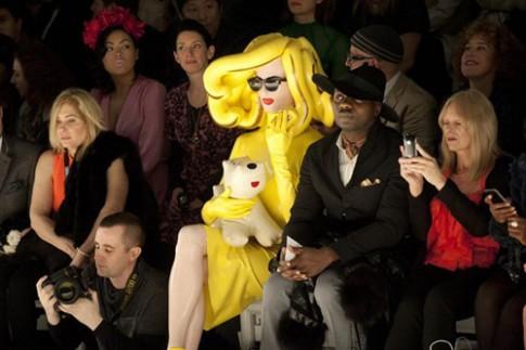 'Cô gái nhựa' luôn ngồi hàng ghế đầu các show thời trang Anh
