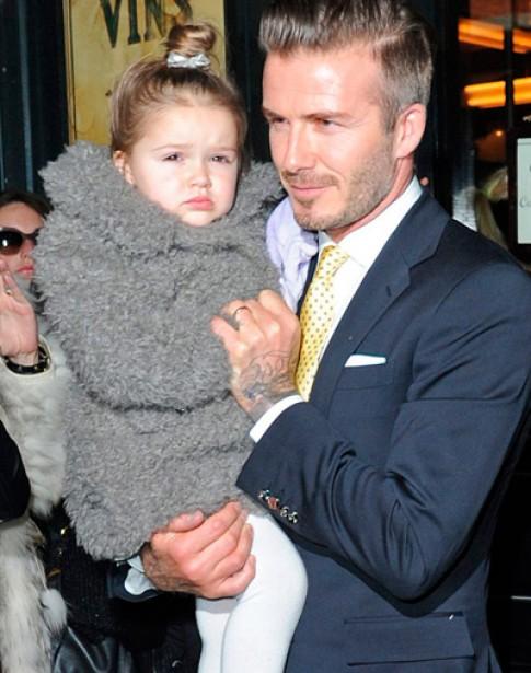 Con gái của Victoria Beckham tự chọn váy áo mỗi sáng