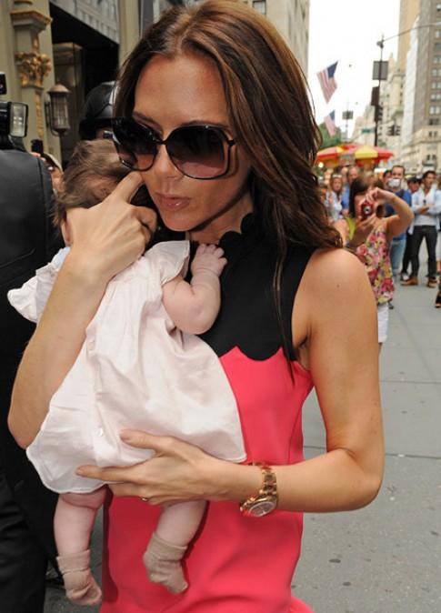 Con gái Victoria Beckham bé tí đã sành điệu