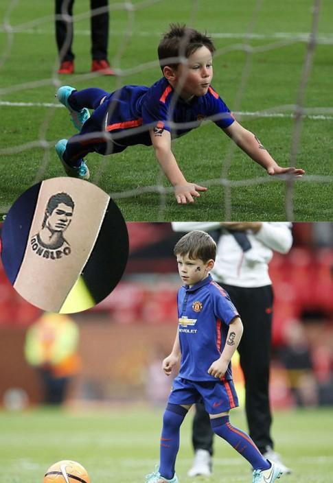 Con trai Rooney vẽ hình xăm Ronaldo và Messi trên cánh tay