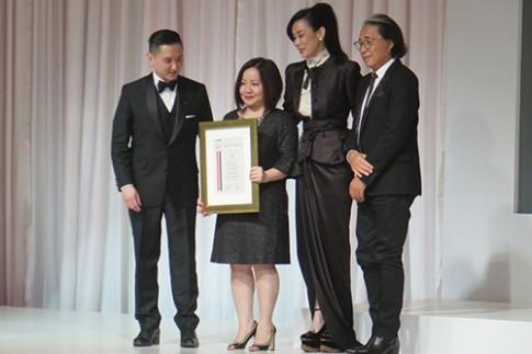 Công Trí, Quỳnh Trang gặp gỡ nhà thiết kế Kenzo tại Singapore