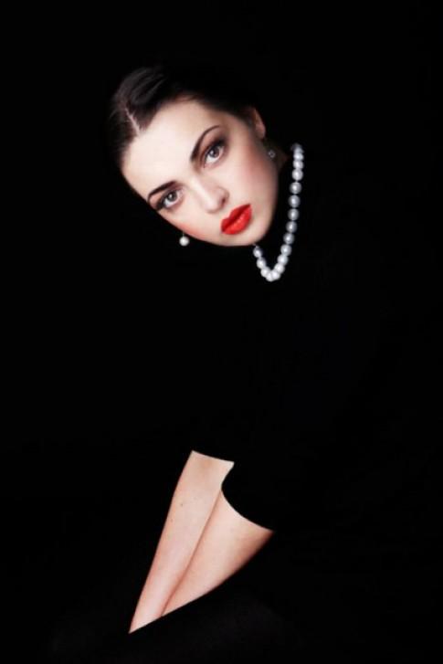 Cuốn hút với váy đen và trang sức ngọc trai