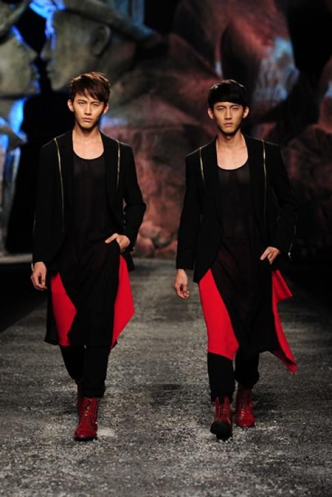 Dàn mẫu nam mặc váy trong show Đỗ Mạnh Cường