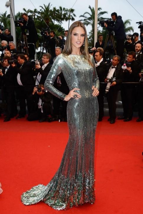 Dàn siêu mẫu 'đổ bộ' thảm đỏ Cannes