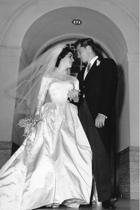 Đấu giá váy cưới đầu tiên của Elizabeth Taylor
