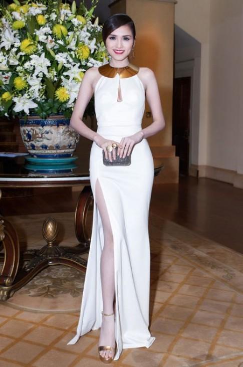 Diễm Hương khoe vai mảnh, đùi thon trong váy trắng