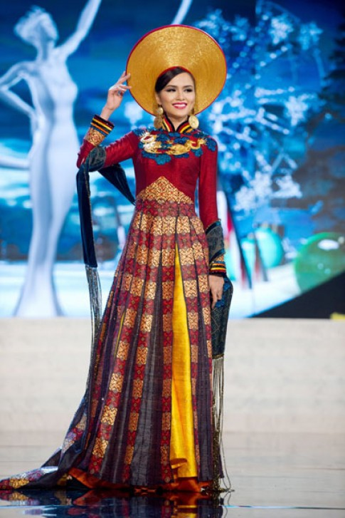 Diễm Hương mặc áo dài trên sân khấu Miss Universe