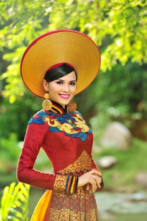 Diễm Hương mang áo dài thổ cẩm đến Miss Universe