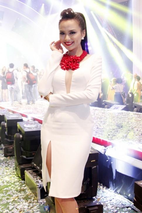 Diễm Hương nổi bật với tông trắng, đỏ