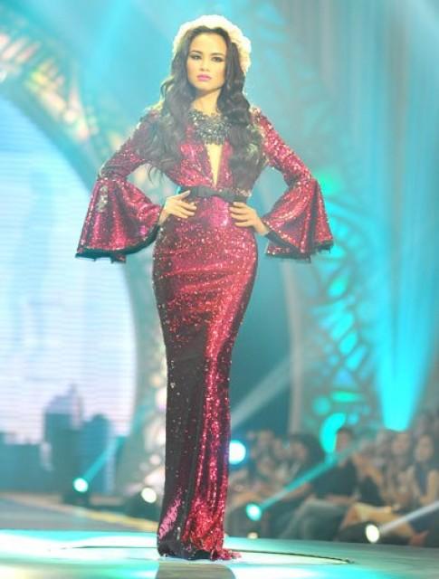 Diễm Hương nổi bật với váy sequin đỏ