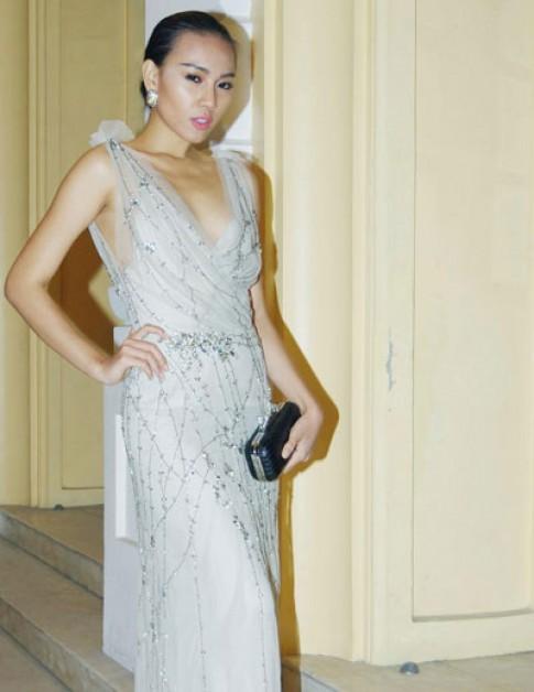 Diệu Huyền khoe váy Elie Saab 200 triệu đồng