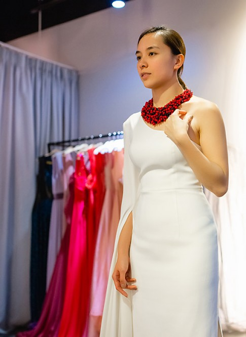 Dương Trương Thiên Lý để mặt mộc đi thử váy