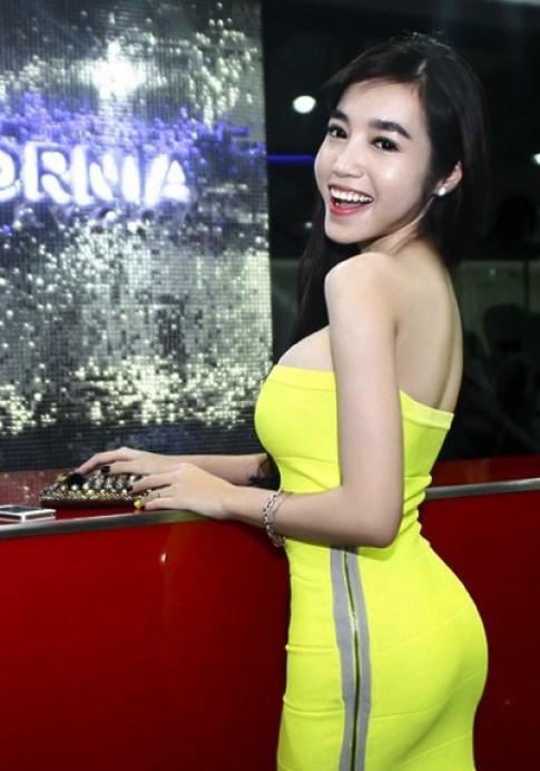 Elly Trần khoe đường cong trong váy bó