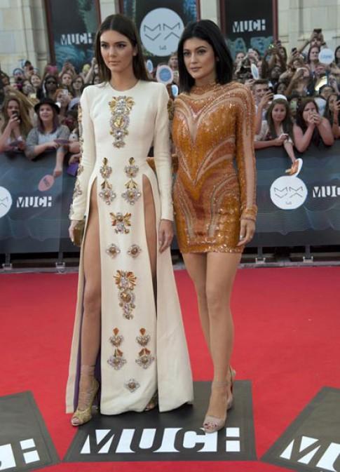 Em gái Kim Kardashian mặc váy xẻ táo bạo