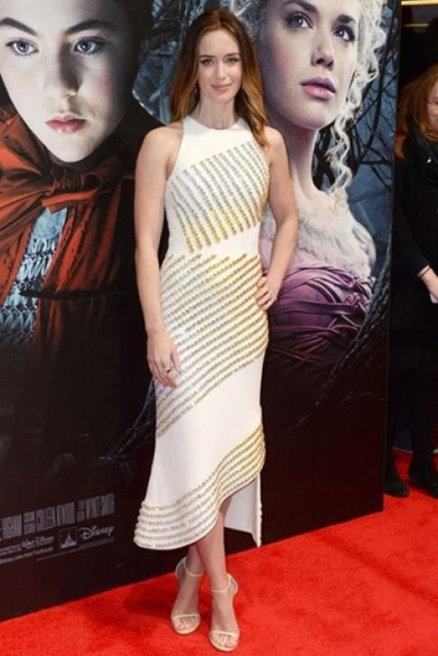 Emily Blunt mặc đẹp nhất tuần với đầm đính đá chuyển màu