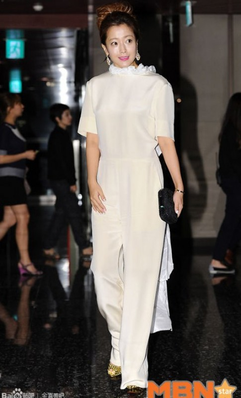 Gái một con Kim Hee Sun duyên dáng trong sắc trắng