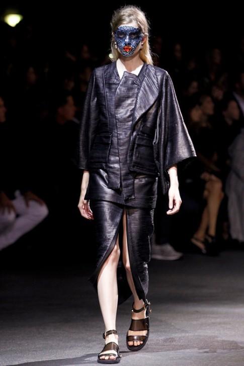 Givenchy đính sequin lên mặt người mẫu