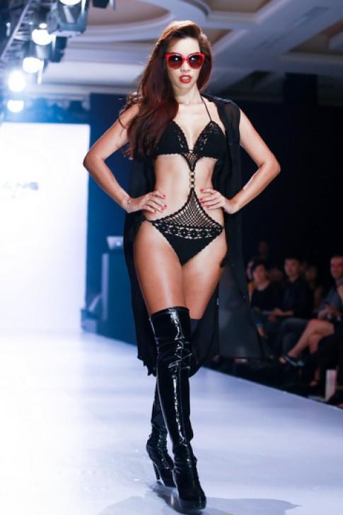 Hà Anh diện bikini cut-out diễn catwalk