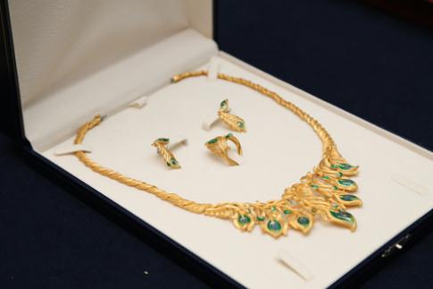 Hà Anh tham gia đấu giá bộ trang sức Monarch