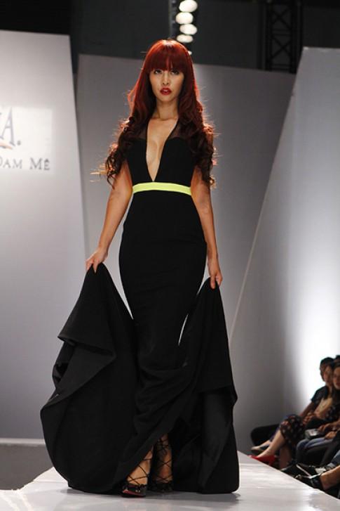 Hà Anh tôn dáng với váy cắt khoét, xẻ ngực